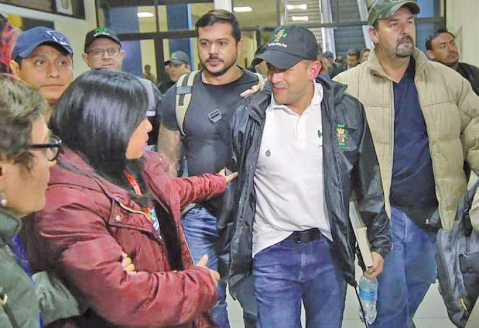 El presidente del Comité pro Santa Cruz arribó al aeropuerto de El Alto cerca de las 19:00.
