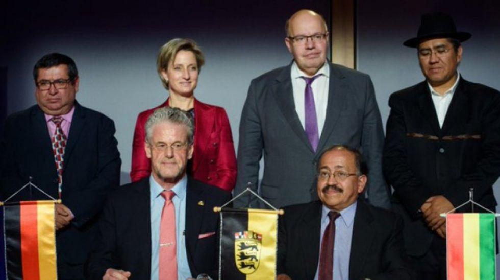 Representantes de Bolivia y Alemania tras la firma del acuerdo en Alemania en diciembre de 2018.