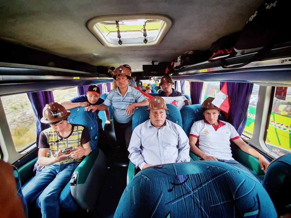 El alcalde en uno de los buses.