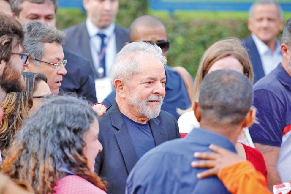 El expresidente brasileño Luiz Inácio Lula da Silva (c), sale de la cárcel donde cumplía una condena.