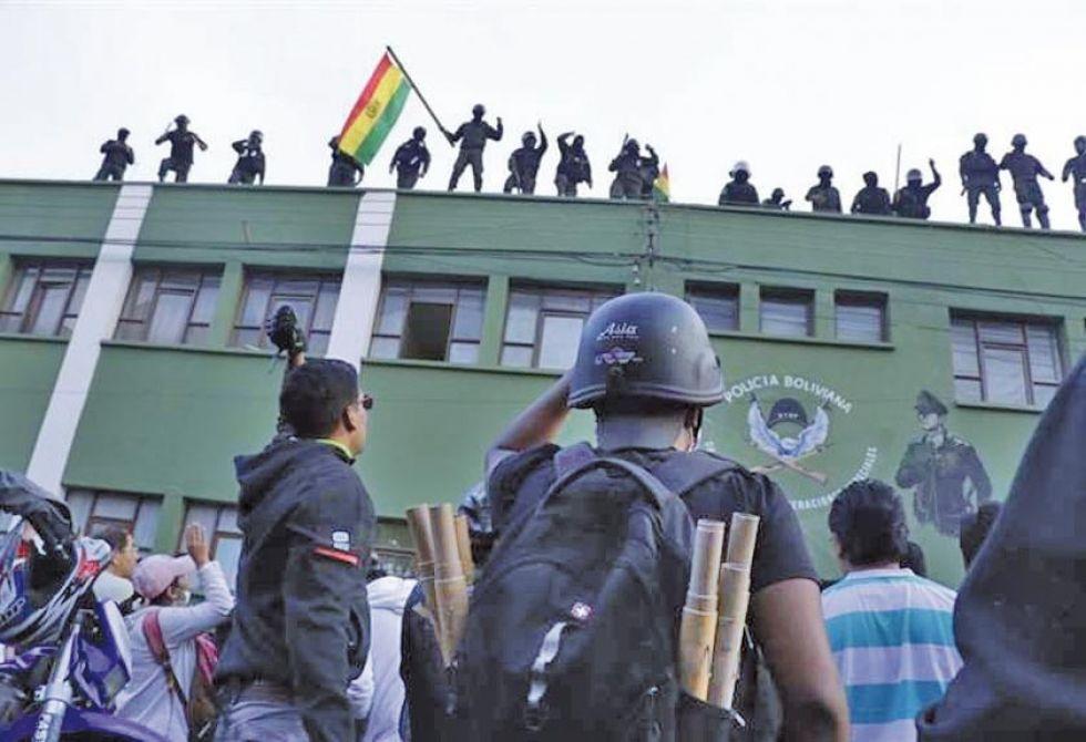 A un inició, efectivos policiales de tres unidades se amotinaron en Cochabamba tras varios días de conflicto.