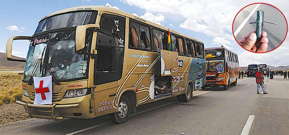 """Los buses fueron apedreados por los campesinos y sufrieron daños, los atacantes también usaron """"miguelitos"""" (recuadro)."""