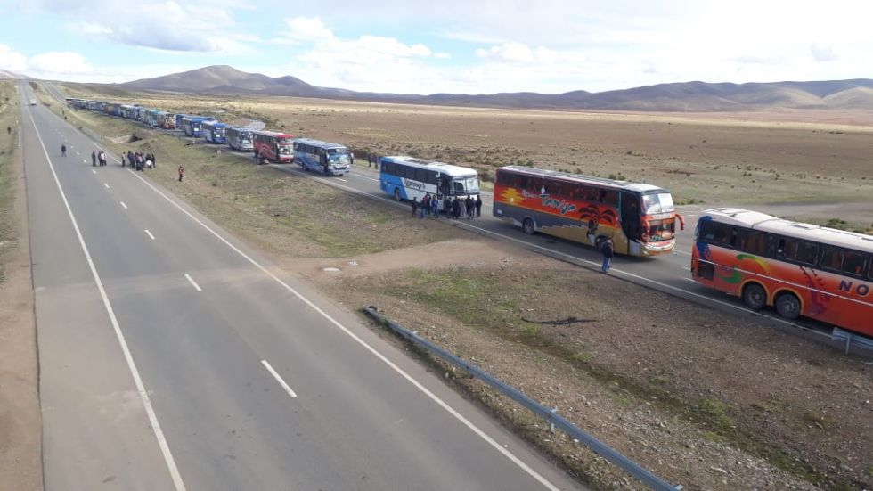 La larga caravana más allá del Puente Vilque. FOTO: VLADIMIR EQUICE