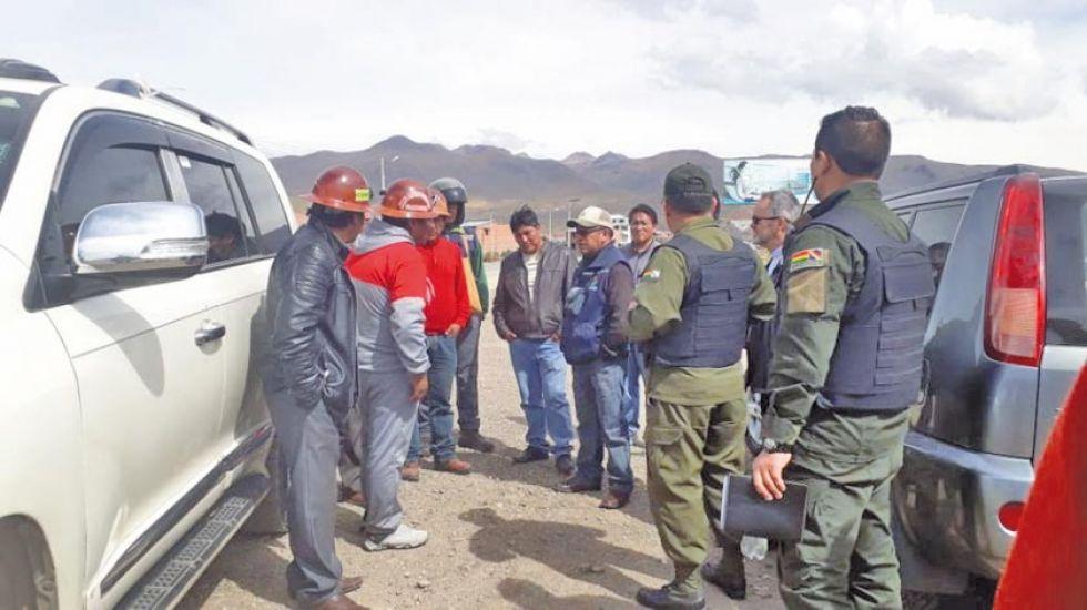 Los efectivos llegan para ayudar a los mineros.