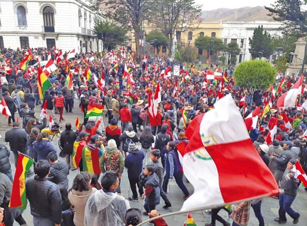 La población cantó y bailó en las calles y la plaza central en un día especial por el aniversario cívico.