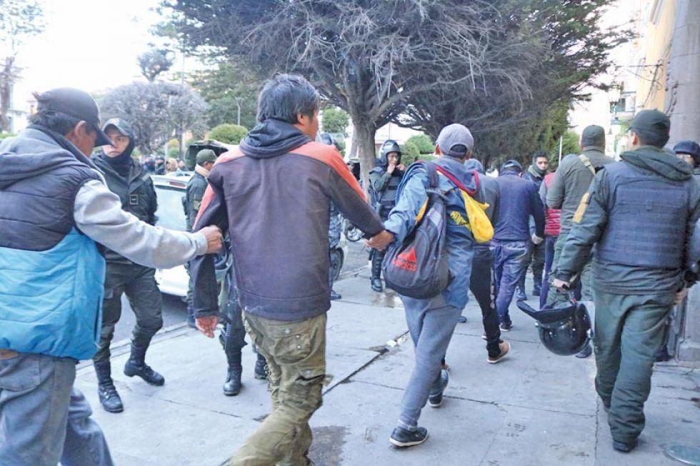 En fila fueron ingresados a dependencias policiales.