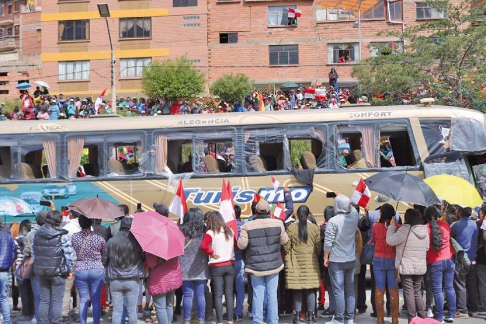 Un bus sin vidrios ingresa a la avenida Tinku.