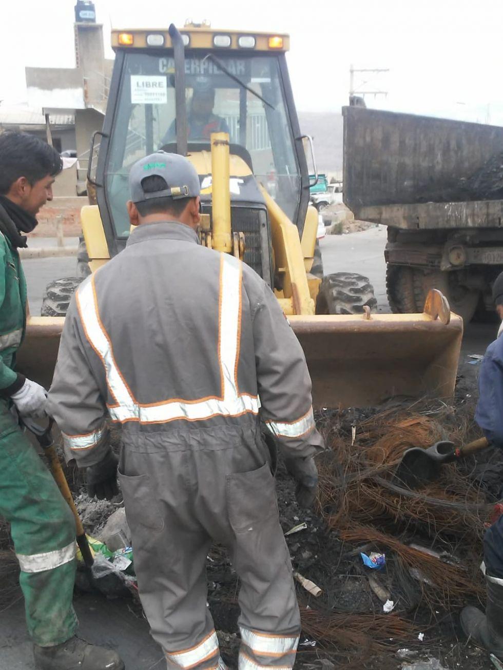 Utilizan equipo pesado para la tarea de limpieza. FOTO EMAP