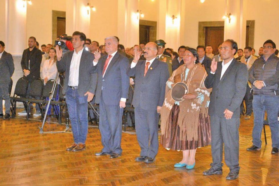 Miltón Navarro fue posesionado anoche como ministro de Deportes. (De izq a der, el último)