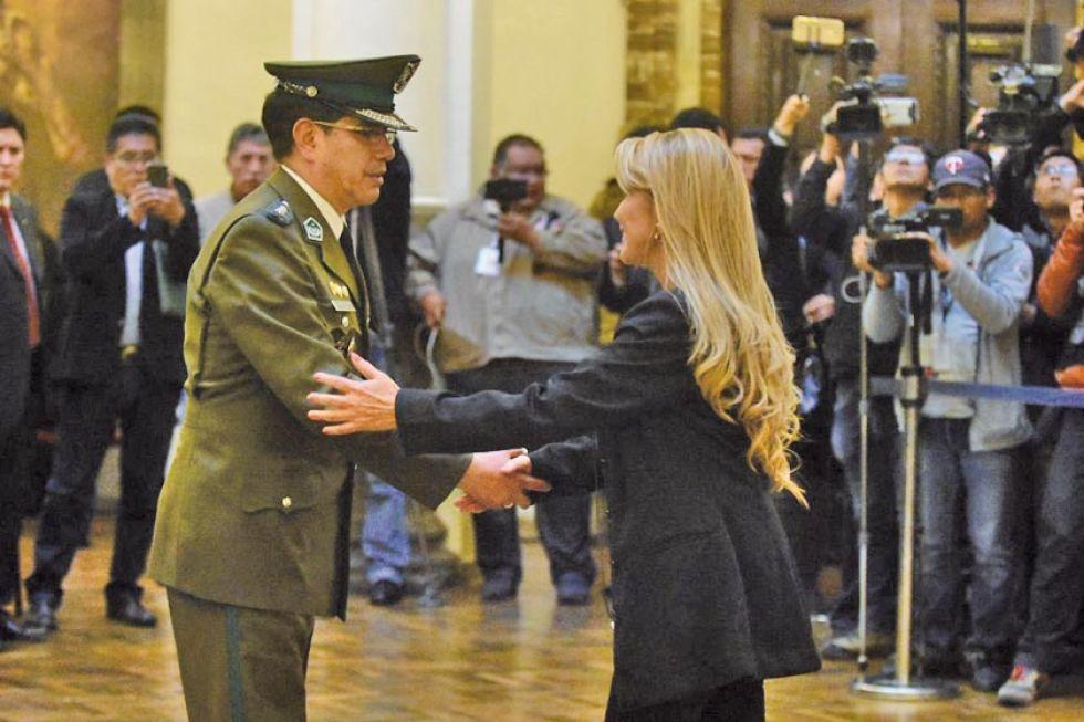 Coronel Rodolfo Antonio Montero Torricos y la presidenta transitoria, Jeanine Áñez.