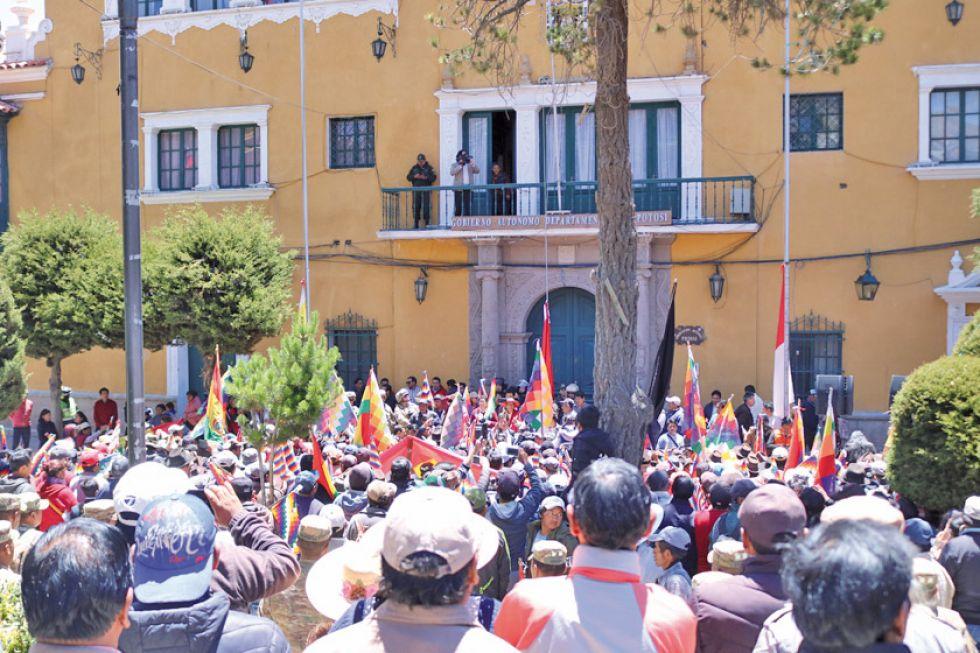 """Campesinos saavedreños exigen abrogar el """"decreto de la muerte"""""""