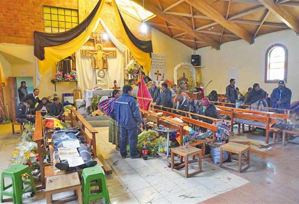 Los cuerpos eran velados ayer, miércoles, en una capilla.
