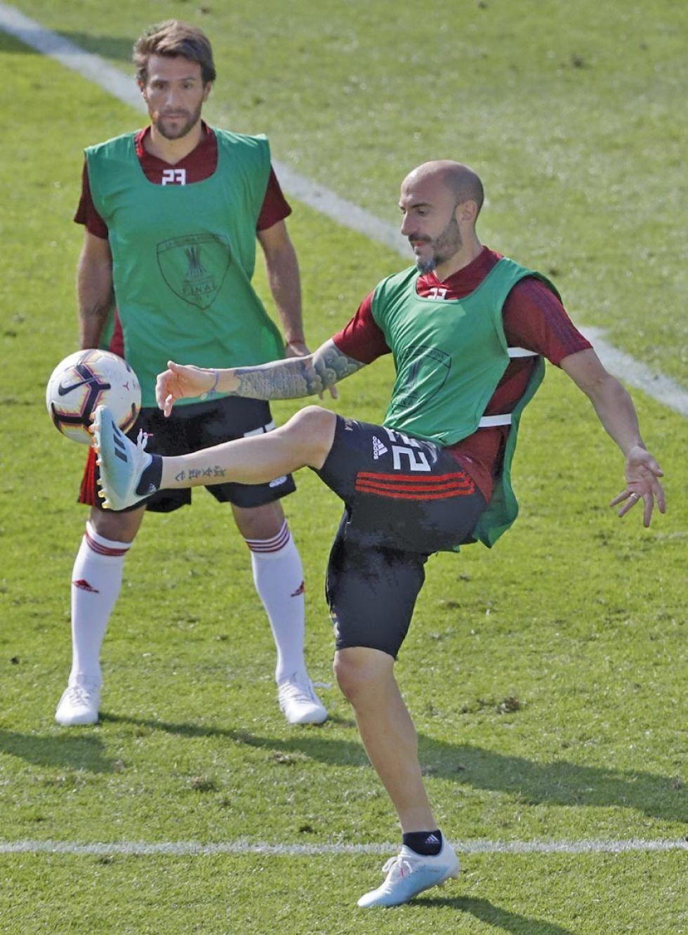 Javier Pinola de River Plate participa en un entrenamiento.