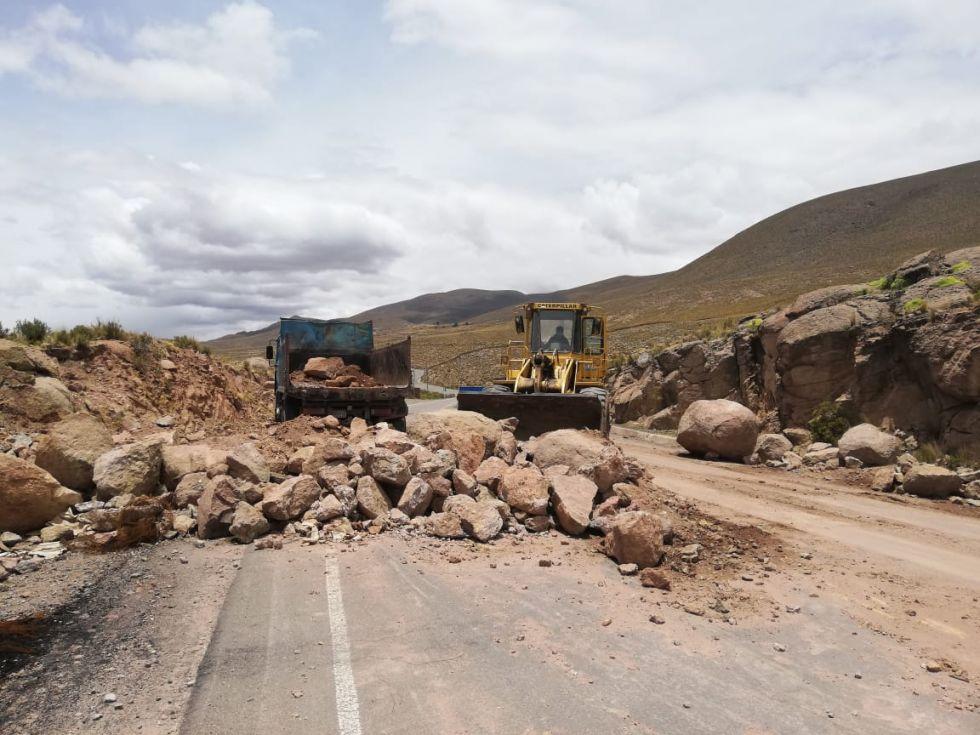 Tierra y piedras obstaculizaban la vía a Oruro.
