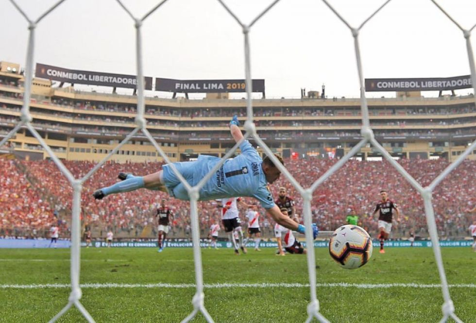 El arquero de River Plate Franco Armani recibe un gol de Gabriel Barbosa.