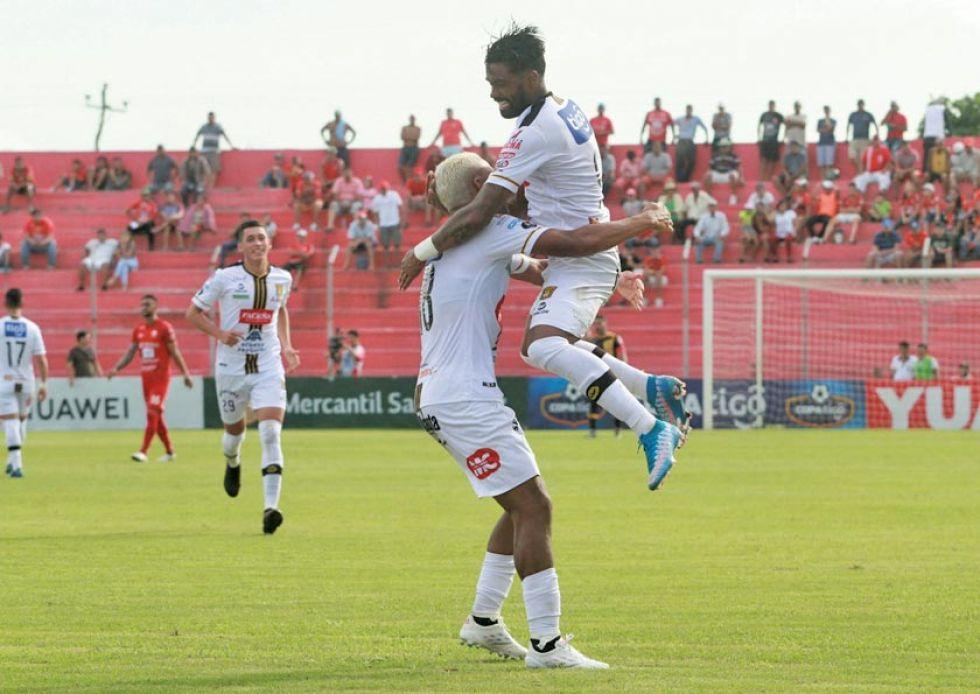 Jair Reinoso y Harold Reina festejan uno de los goles.