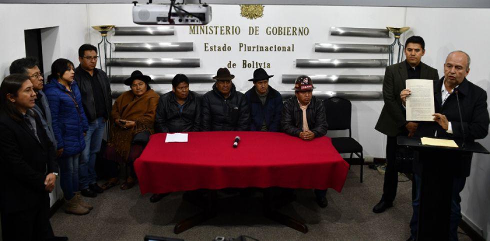 El ministro de Gobierno, Arturo Murillo, en conferencia de prensa junto a representantes de organizaciones.