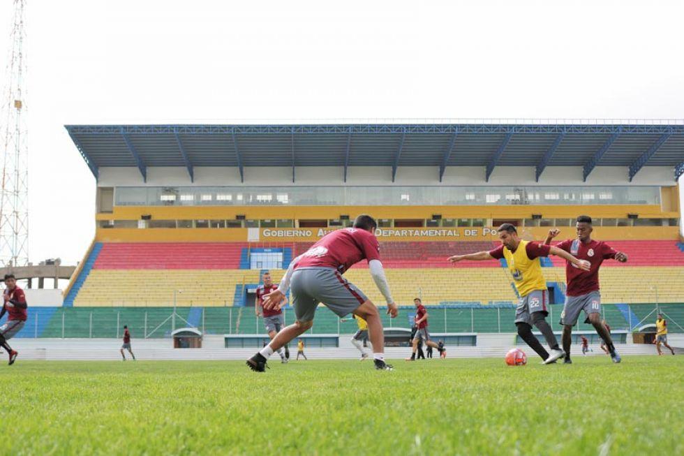 El lateral lila Ignacio García controla el balón ante la marca de sus rivales.