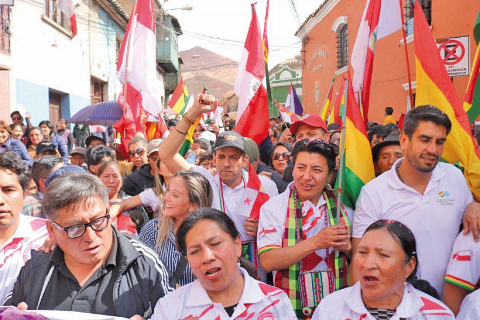 Con el fondo del Cerro Rico, los cívicos marcharon en la Villa Imperial.