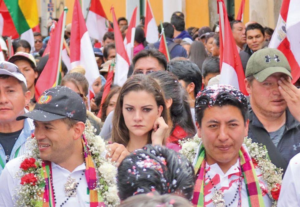 Beller aparece en esta foto en medio de Luis Fernando Camacho y Marco Pumari.
