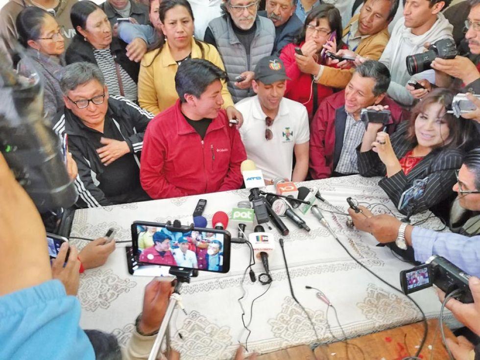 Los líderes cívicos de Potosí y Santa Cruz, ayer en conferencia de prensa.