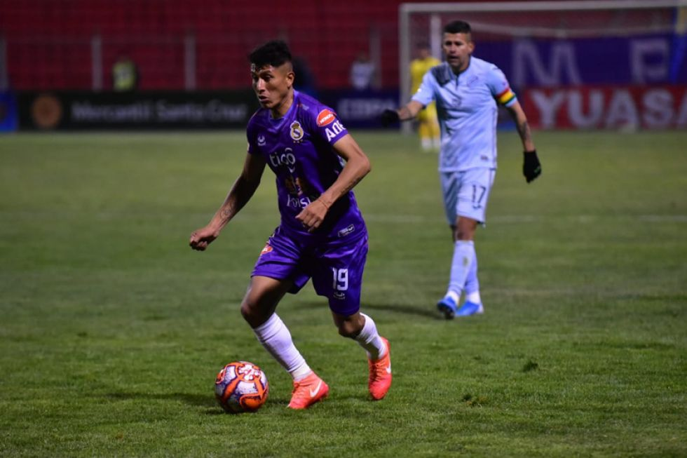 Aldo Gallardo, de Real, controla el balón.
