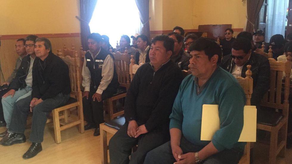 La sesión se desarrolla en presencia de los dirigentes de los chóferes.