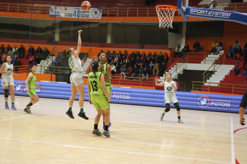 Abril Ramirez convierte dos puntos para el local.