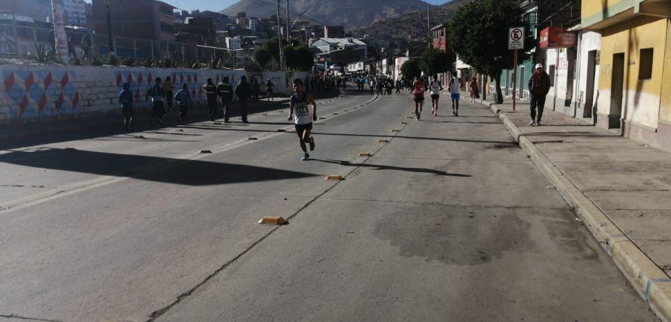Los atletas calentaban antes del inicio de la competencia.
