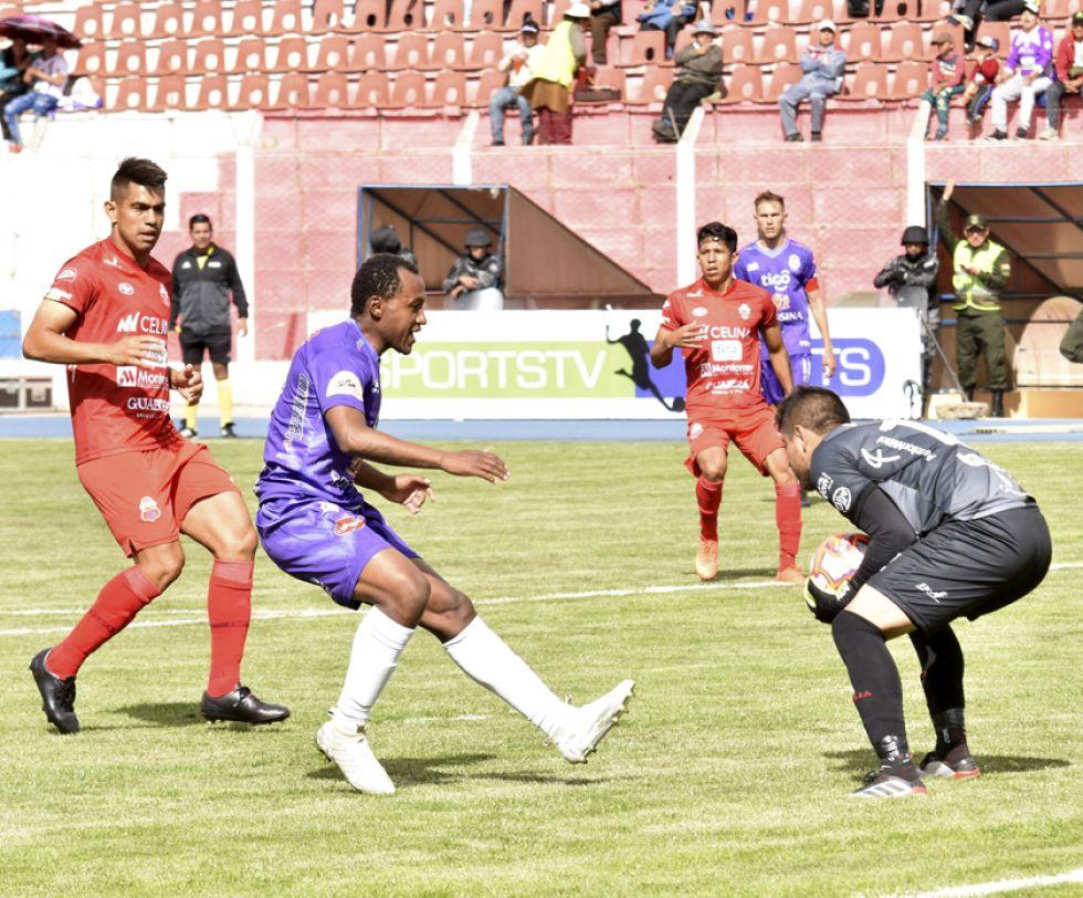 El portero Luis Cárdenas, de Guabirá ataja el balón ante la presión de Gustavo Pinedo, de Real.