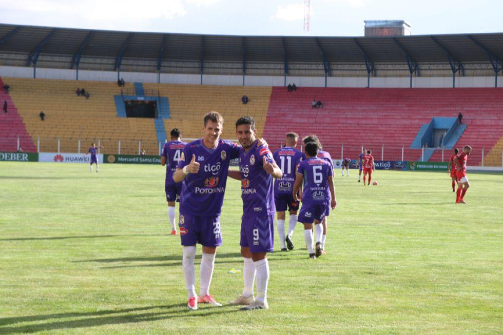 Juan Vogliotti (d) celebra su gol con su compañero Mariano Berriex.