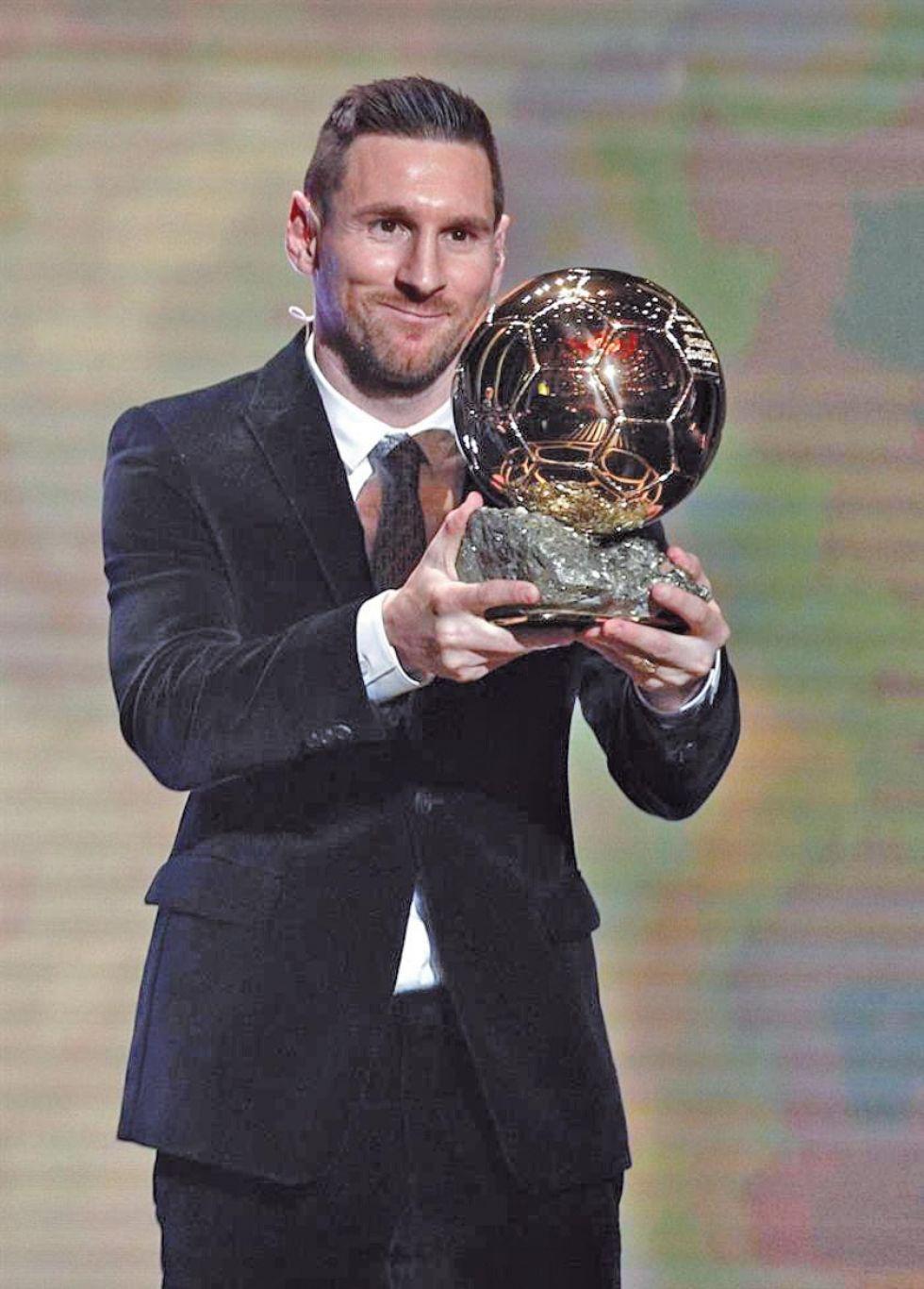 El delantero de Barcelona alza su premio.