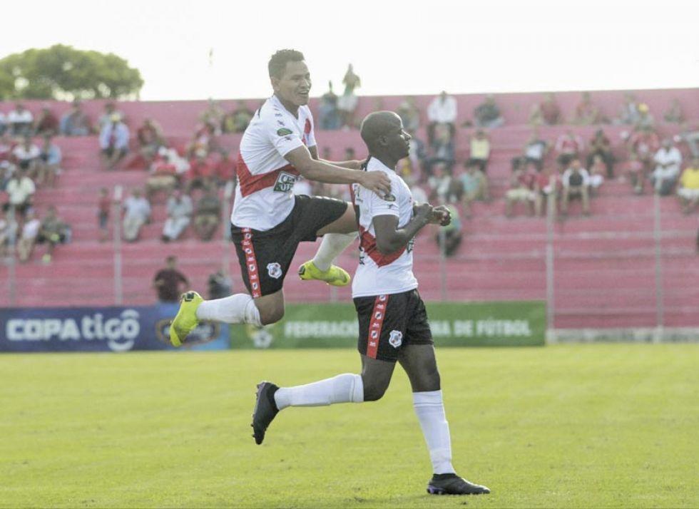 Daniel Mancilla y Yony Angulo festejan el gol de la apertura.