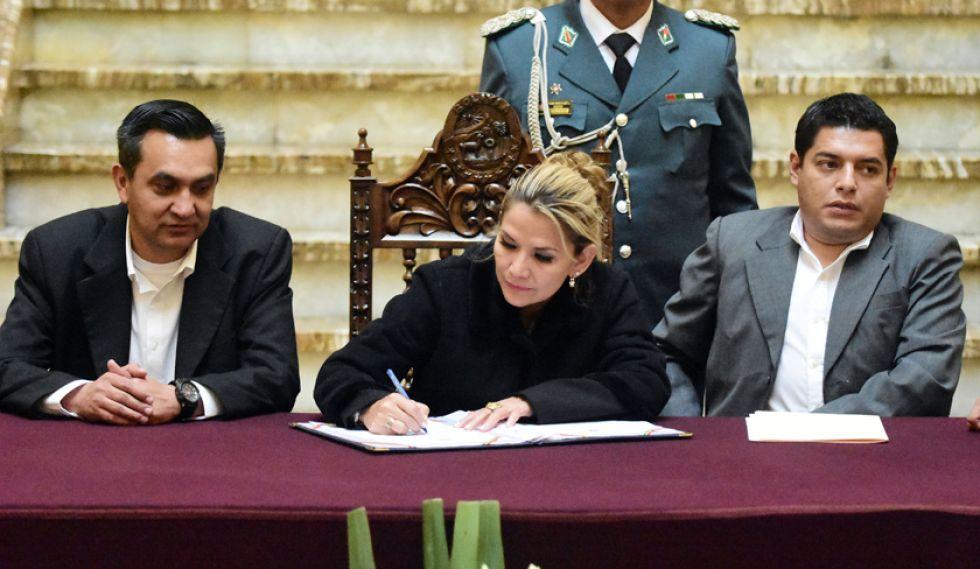 La presidenta en transición Jeanine Áñez en el acto de promulgación de la norma.