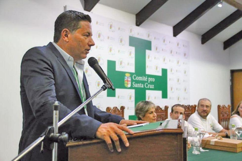 El ente cívico entregó la Cruz Potenzada al comunicador mexicano.