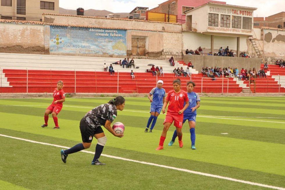La portera de Real Santa Cruz, Brigitte Salazar, ataja el balón.