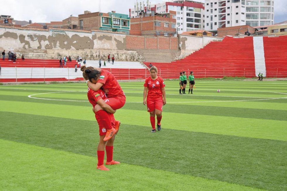 Las jugadoras de Real Santa Cruz celebran la victoria.