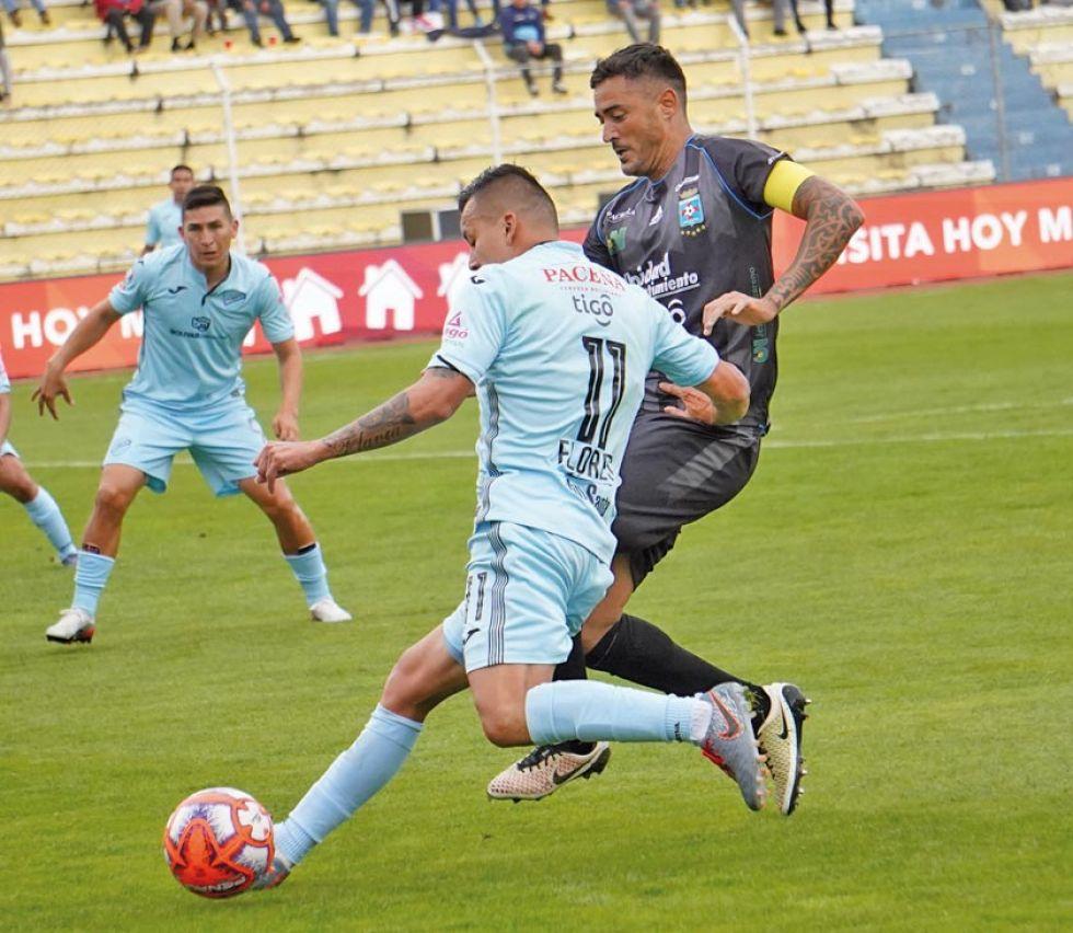 Jorge Flores, de Bolívar, controla el balón ante la marca de su rival.