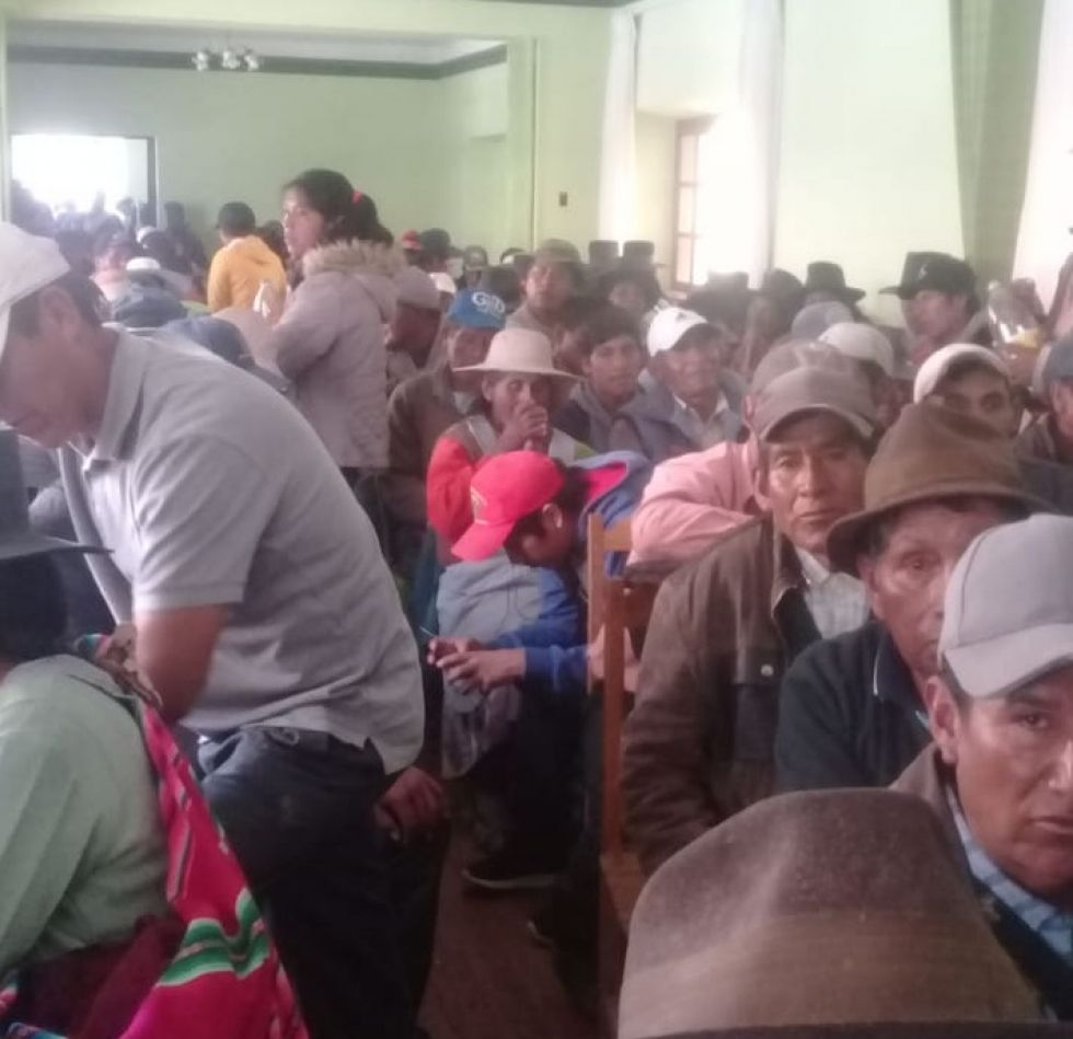 Pobladores toman edificio municipal en Betanzos
