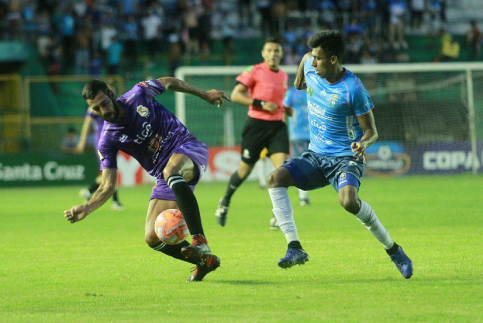 Federico Domínguez, de Real, quita el balón a su rival.