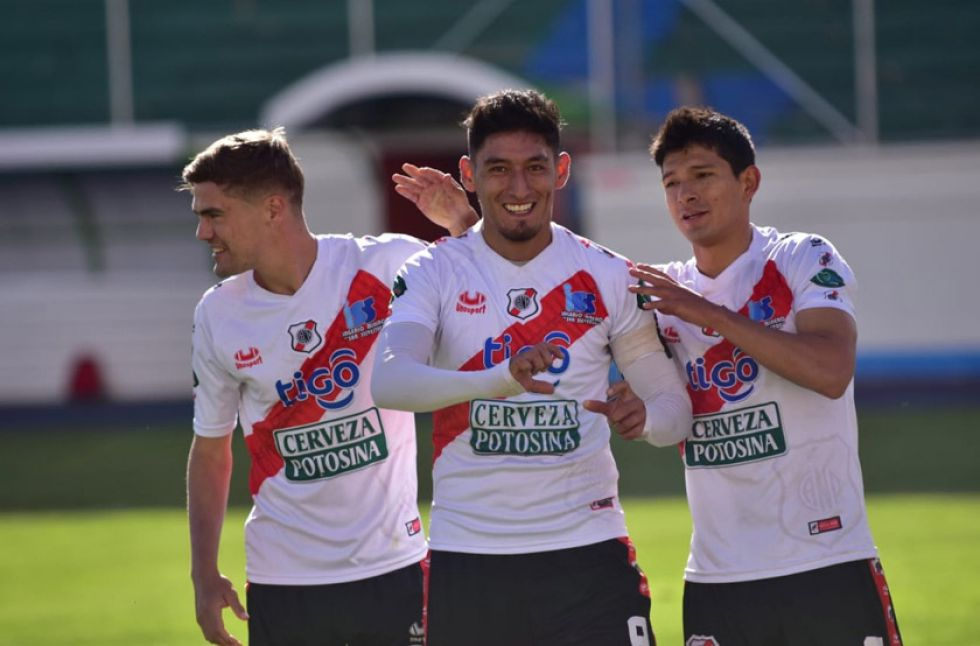 Nacional golea y se aferra a la Libertadores