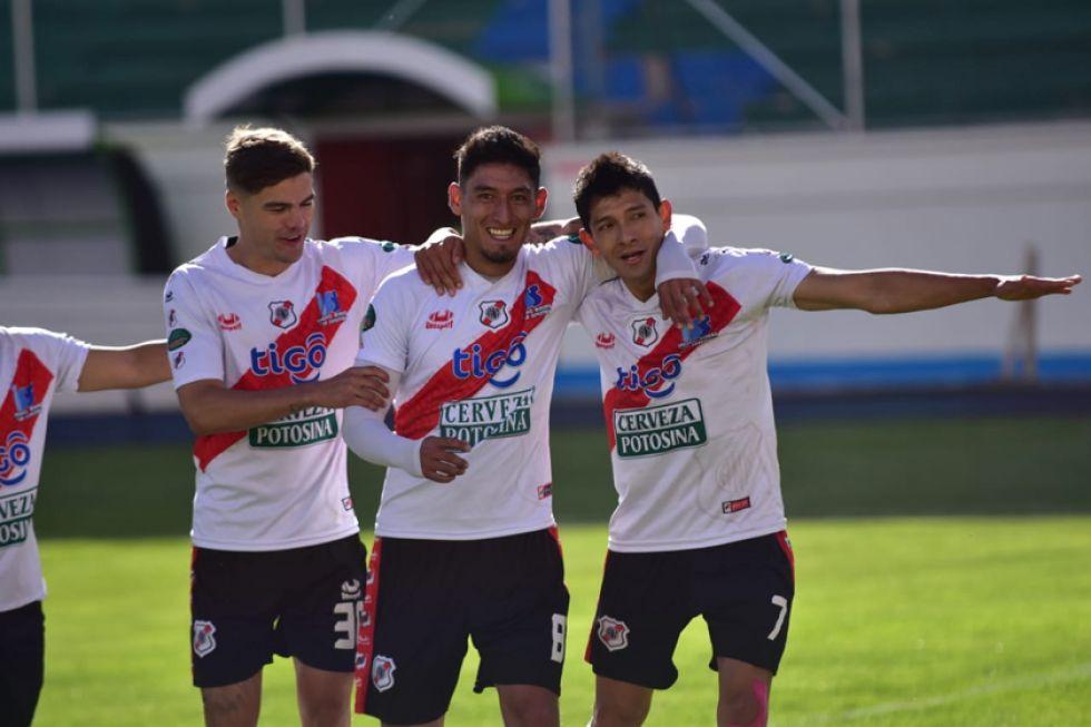 De izq. a der. Bruno Pascua, Miguel Quiroga y Edson Pérez festejan el quinto gol del cotejo.