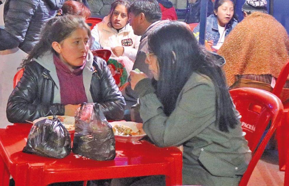 Degustaron los alimentos y bebidas calientes.