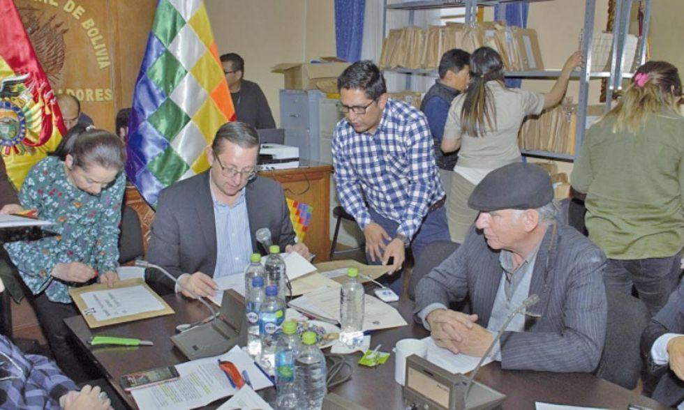 Comisión Mixta de Constitución de la Asamblea Legislativa en la revisión de los documentos.