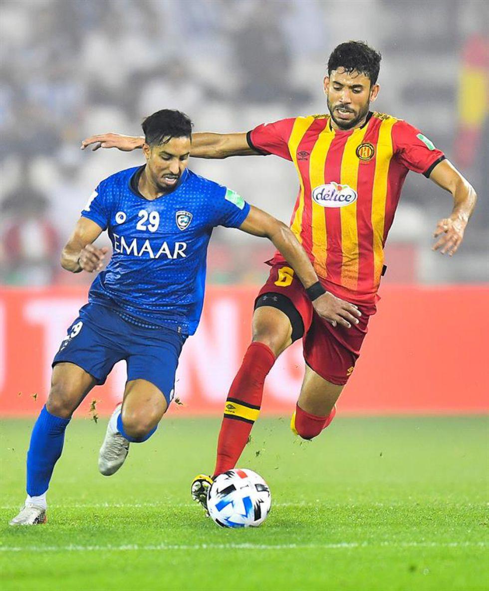 Salem Aldawsari, Al Hilal, controla el balón ante la marca de Mohamed Yakoubi,de Esperance.
