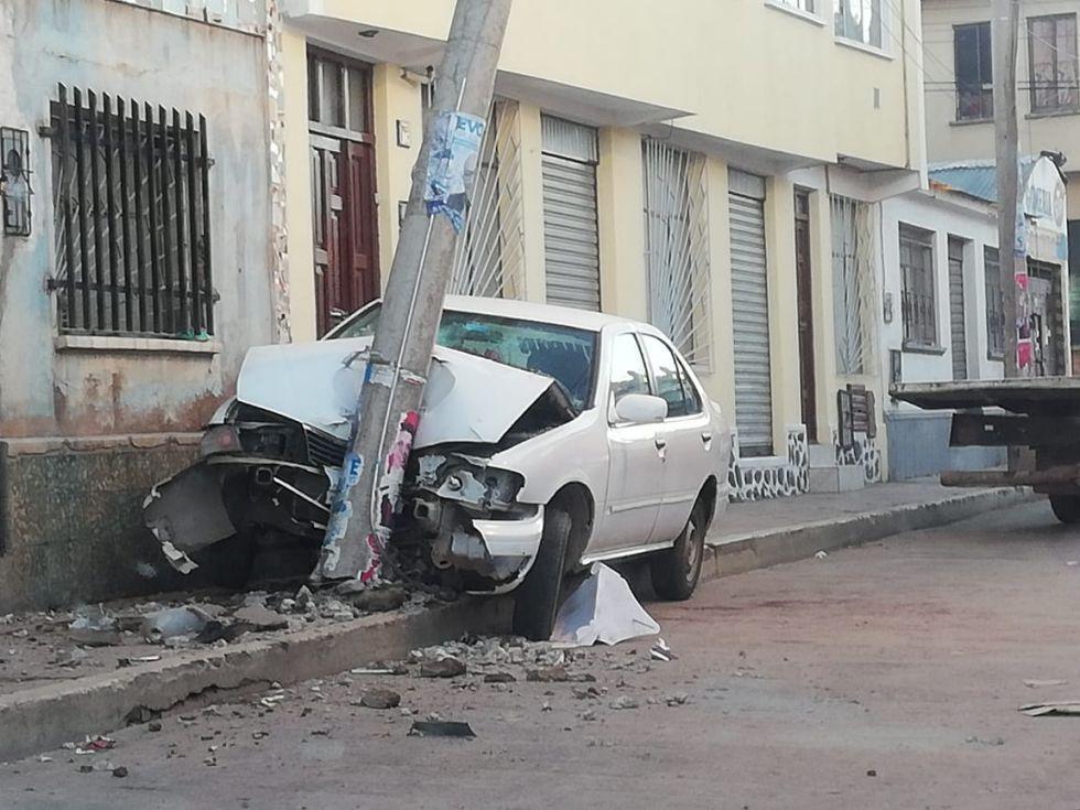 Automóvil se destruye al chocar contra un poste para electricidad