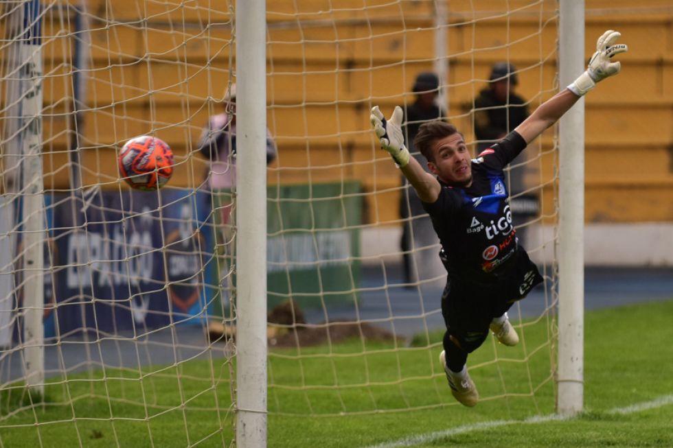 Pese a volar, el golero Rodrigo Banegas no logra evitar el gol de los lilas.