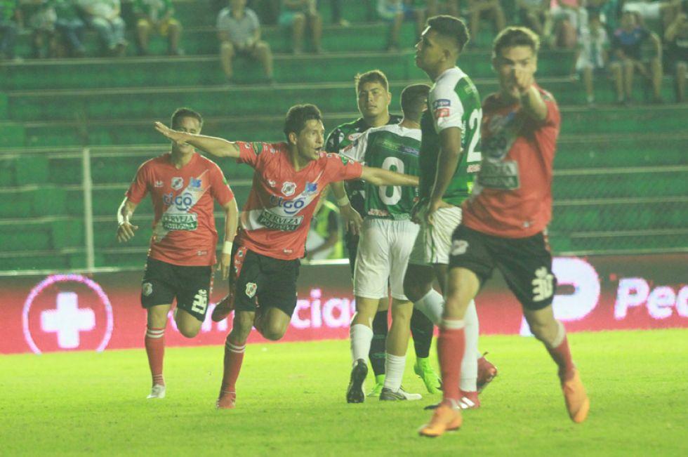 Edson Pérez (c) festeja el gol de la igualdad.