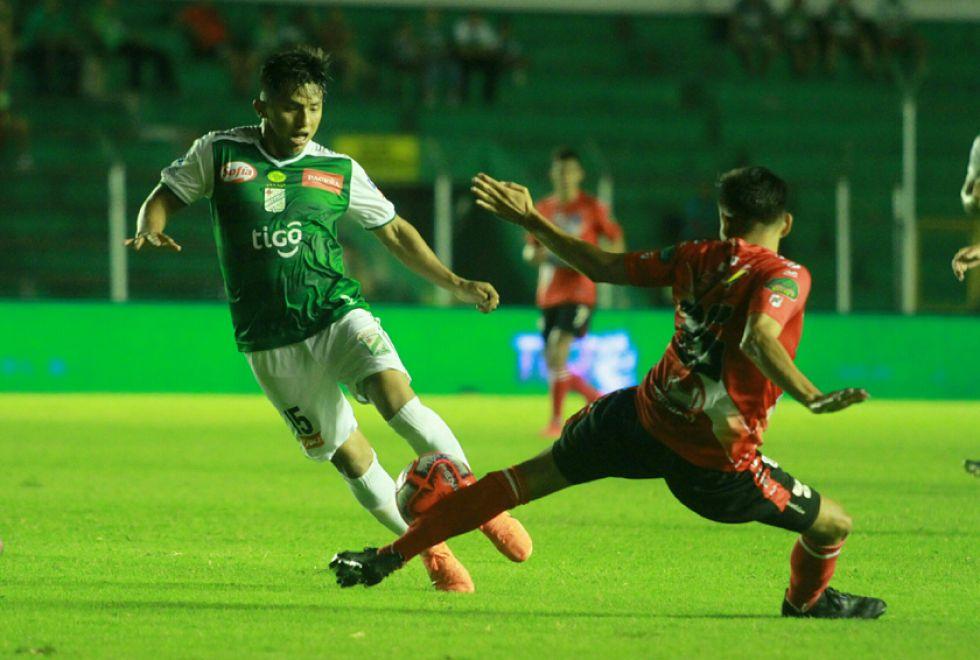 John García (i) es detenido por un rival.