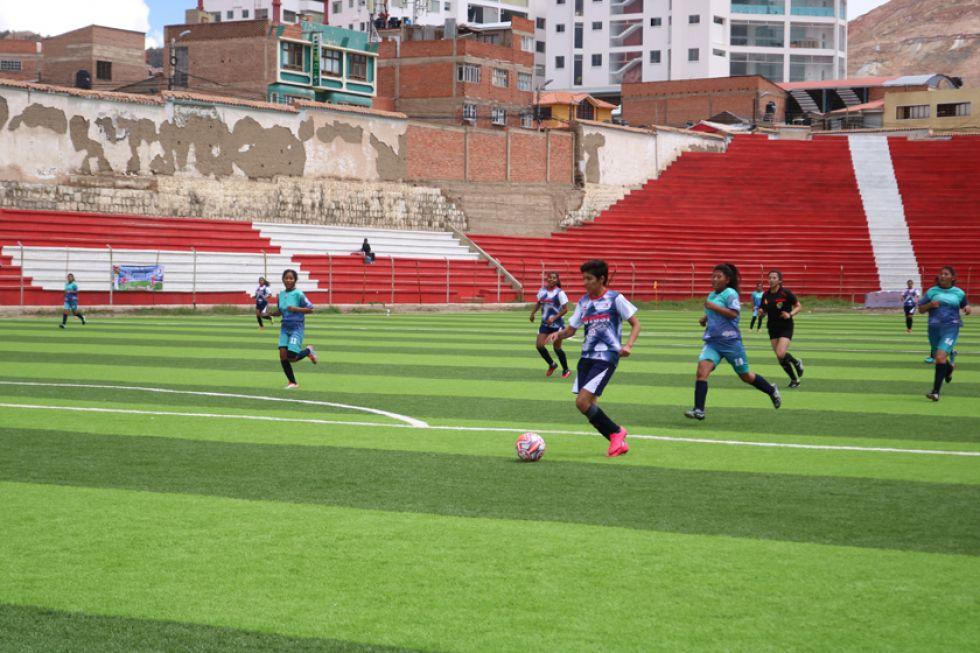 La futbolista Nicol Zamora, de Potosí, controla el balón.